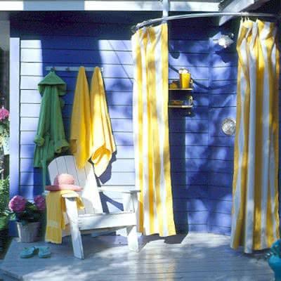 Современный летний душ как пристройка к дому