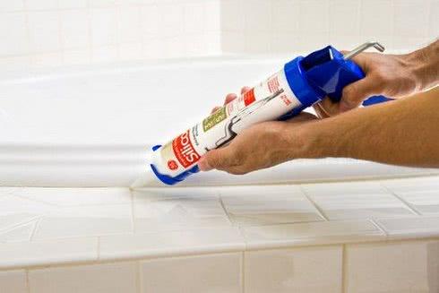герметик в ванной
