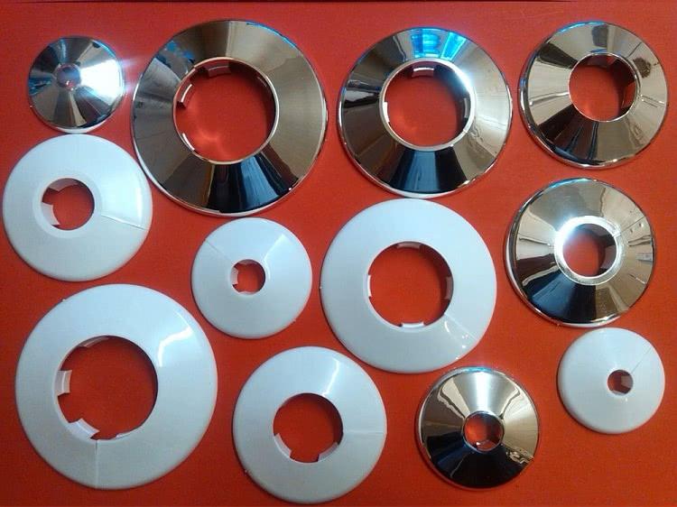Накладки изготавливаются из разных материалов, наиболее простыми и дешевыми являются полимерные детали