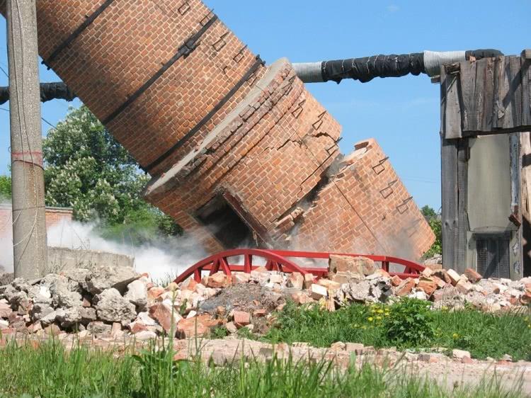 Способ демонтажа трубы выбирается в зависимости от ее типа и состояния, для кирпичных сооружений часто применяется простая валка