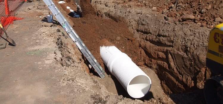 Монтировать канализацию из пластиковых труб достаточно легко, система из полимерных труб может быть внутренней и наружной