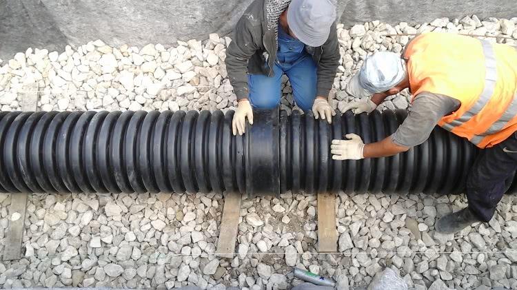 Для подземной прокладки труб нужно правильно оборудовать траншею