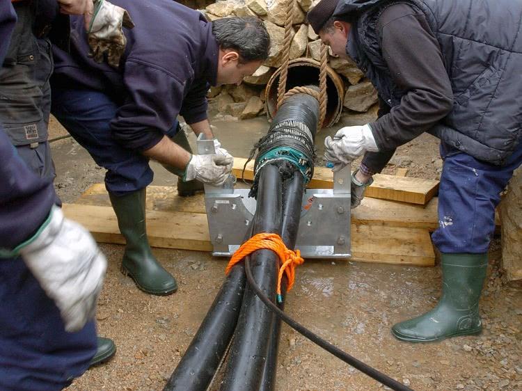 При монтаже электросетей подземным методом устраиваются специальные каналы для прокладки кабелей, в целях защиты проводов применяют и электротехнические трубы