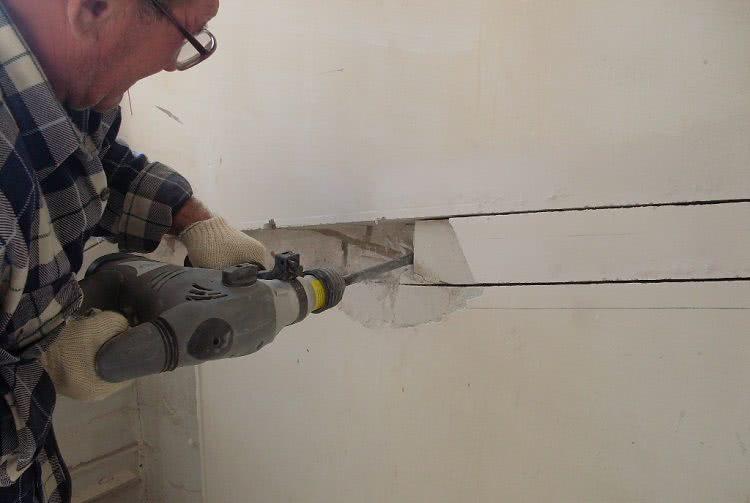 Чтобы спрятать трубы в стену, в ней делают штробы