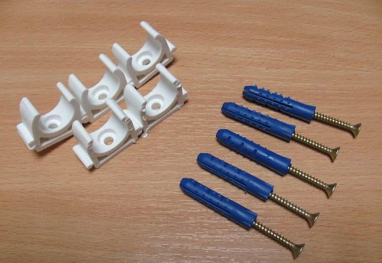 Для фиксации труб на стене применяются клипсы из пластика