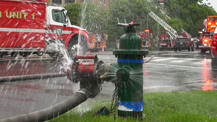 Забор воды (например, для пожаротушения) при помощи рукава может производиться как из специального гидранта, так и любого открытого водоема