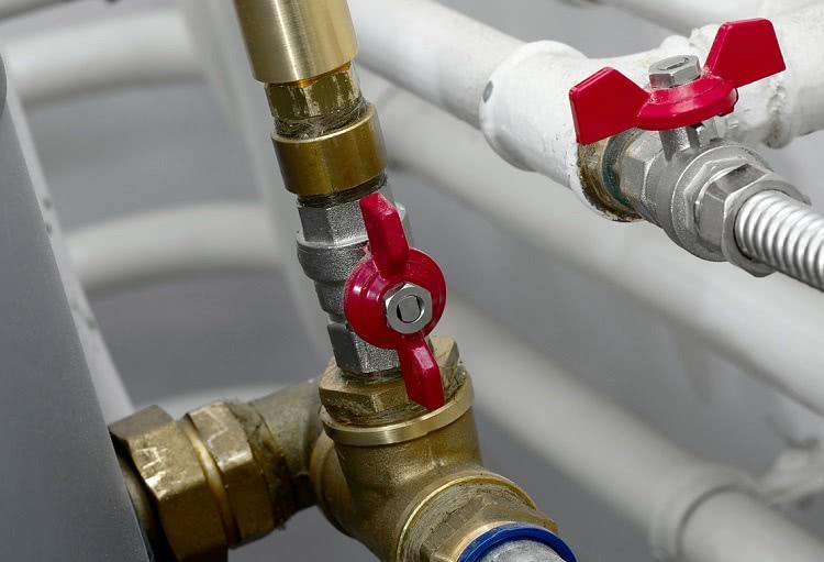 И внутренний, и наружный водопровод оснащают запорной арматурой — кранами и вентилями