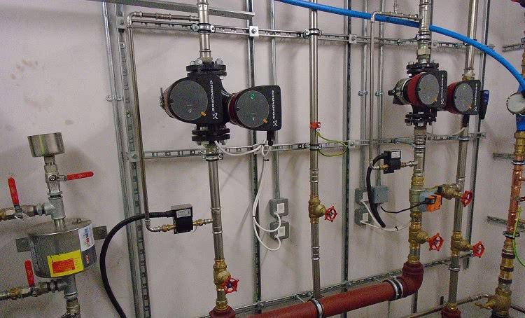 Для обеспечения нормального напора воды и бесперебойной ее подачи система водоснабжения может оснащаться насосами