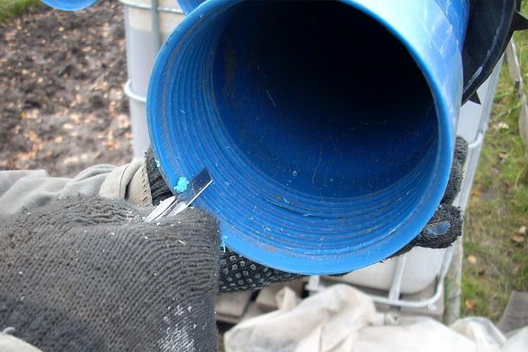 Полимерные трубы перед соединением подготавливаются — снимается фаска на раструбе, при необходимости устанавливаются уплотнители