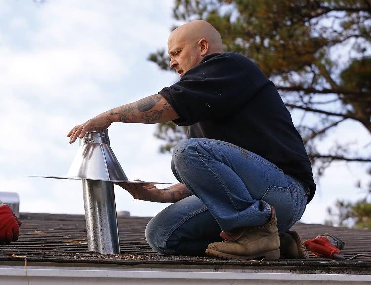 Выход вентканала должен располагаться вертикально, для этого трубу часто выводят через крышу