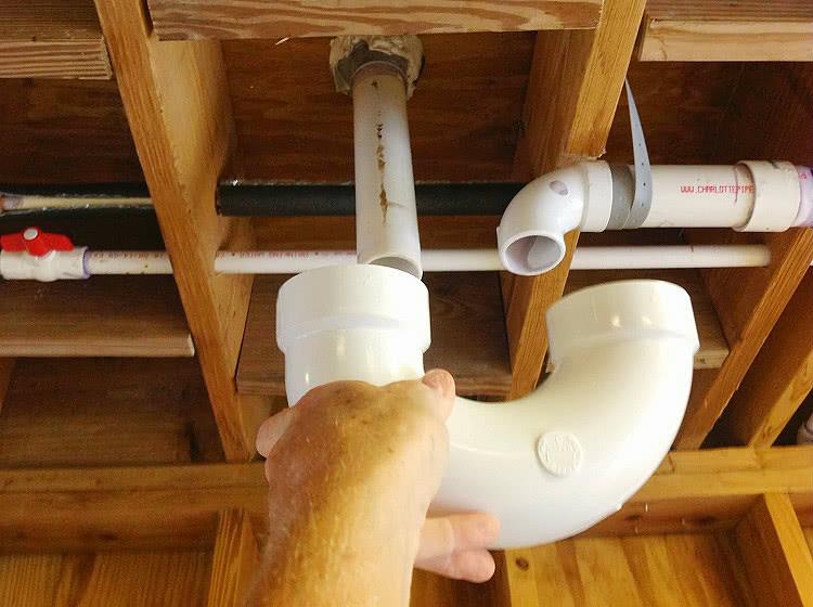 Для монтажа бытовой вентиляционной системы, которая не предполагает работу под высоким давлением и температурой, можно использовать простые канализационные трубы