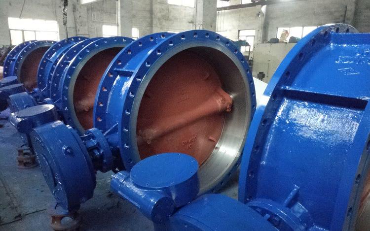 Затворы могут быть изготовлены из разных видов стали, чугунных сплавов и в некоторых случаях — полимеров