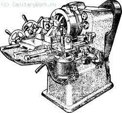 Трубонарезной механизм ВМС-2А Резьбонарезная головка выключается (разводятся гребенки) и вручную, и автоматически. Заусенцы внутри трубы снимаются зенкером, расположенным в шпинделе механизма. Трубонарезной полуавтомат 5Д07  39) рассчитан на нарезание резьбы на трубах диаметром от 10 до 40 мм.